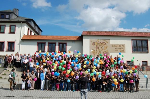 Ballonaktion zum Schuljubiläum